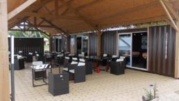 Salon d'extérieur sous le faré de l'espace loisir à Mururoa