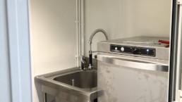 Installation matériel de cuisine dans container